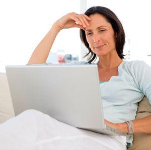 Mujer en terapia online con portátil