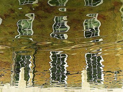 Reflejo distorsionado en el agua